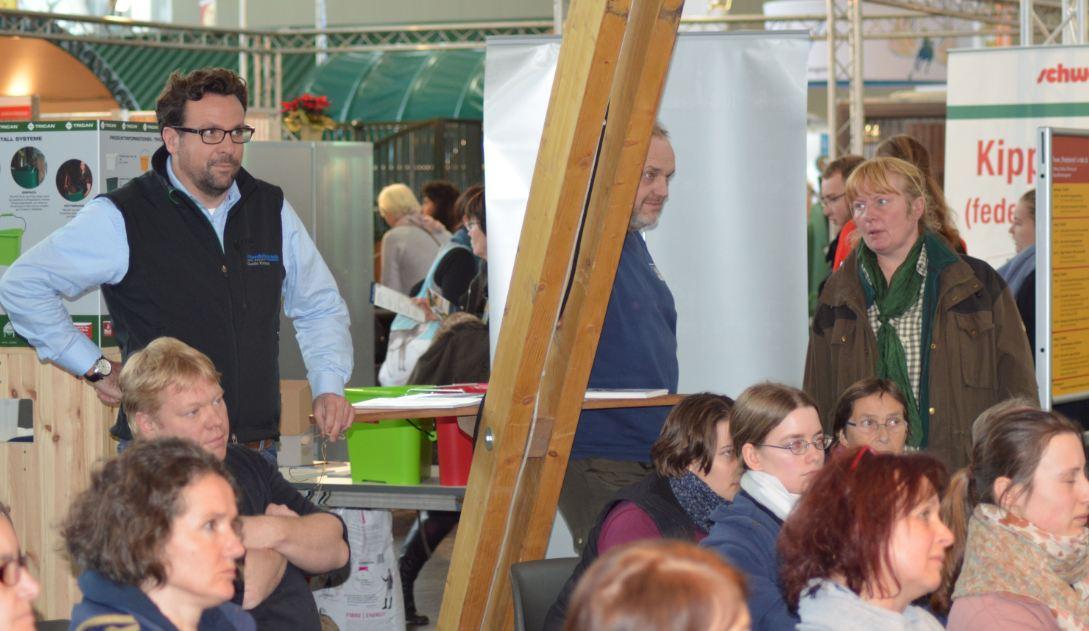 """Guido Krisam (links, stehend) vom """"Profi-Magazin Pferdebetrieb"""", moderierte die Podiumsdiskussion (Foto: Vogler)"""