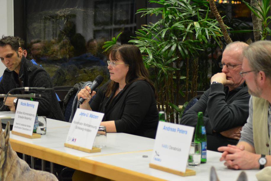 Auf dem Podium. Von links: Wolfsberater Olaf Göpfert, Schäferin Nicole Benning, Wolfsbeauftragter Jens Matzen und Andreas Peters (Foto: Vogler)