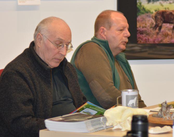 Vertreter des Freundeskreises freilebender Wölfe e.V. standen dem interessierten Publikum für Fachfragen zur Verfügung. Links Jochen Wenk und Ralf Hentschel (rechts, 1. Vorsitzender des Vereins)...(Foto: Vogler)