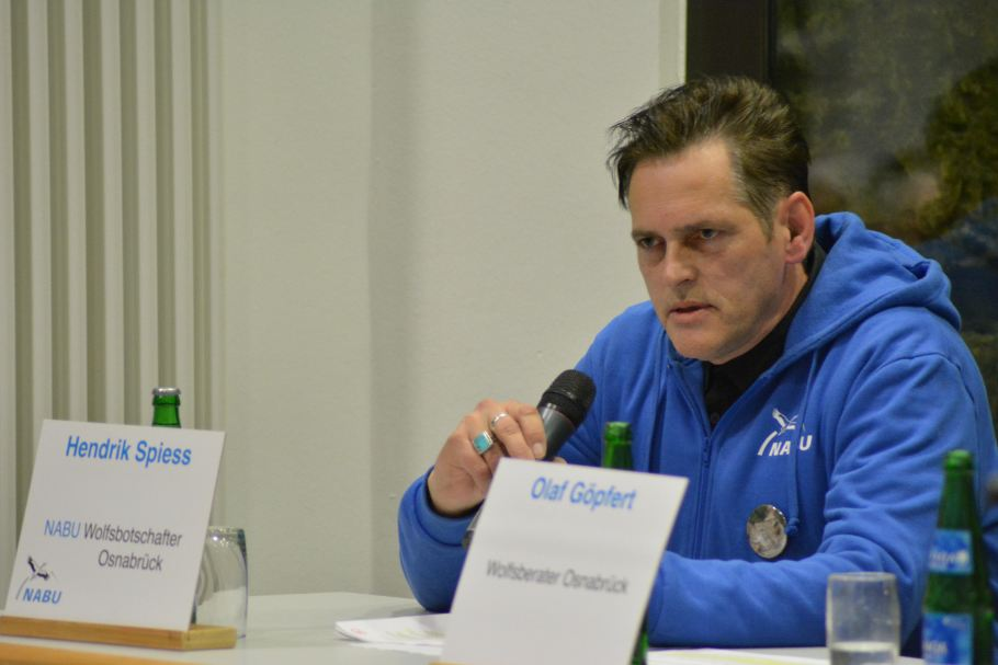 Auf dem Podium: Wolfsbotschafter Hendrik Spiess (Foto: Vogler)